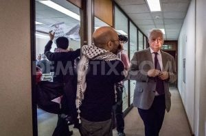 1435940962-lord-lamont-confronted-by-ahwazi-arabs-over-ukiran-oil-deal-in-london_8013102